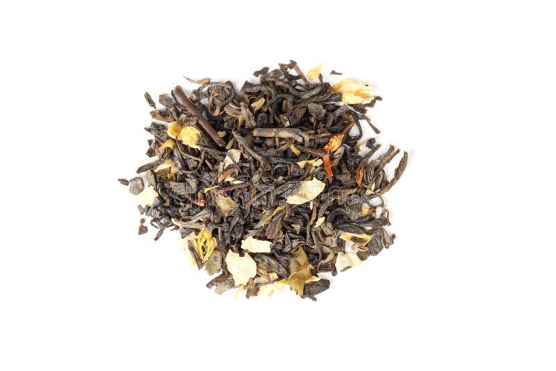 与在白色,顶视图隔绝的茉莉花瓣的中国茶 免版税库存图片