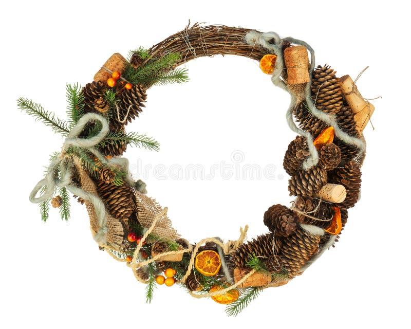 与在白色Backgr隔绝的装饰的绿色圣诞节花圈 免版税库存图片