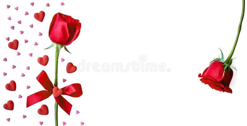 与在白色backgrund隔绝的玫瑰色,红色和桃红色心脏的愉快的情人节贺卡 平的位置 库存图片