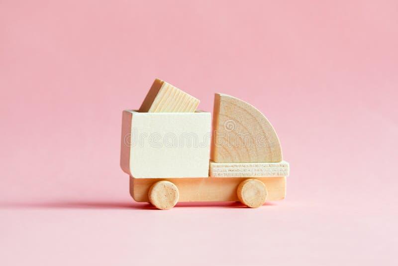与在粉红彩笔隔绝的箱子的微型木货物卡车模型 免版税库存图片