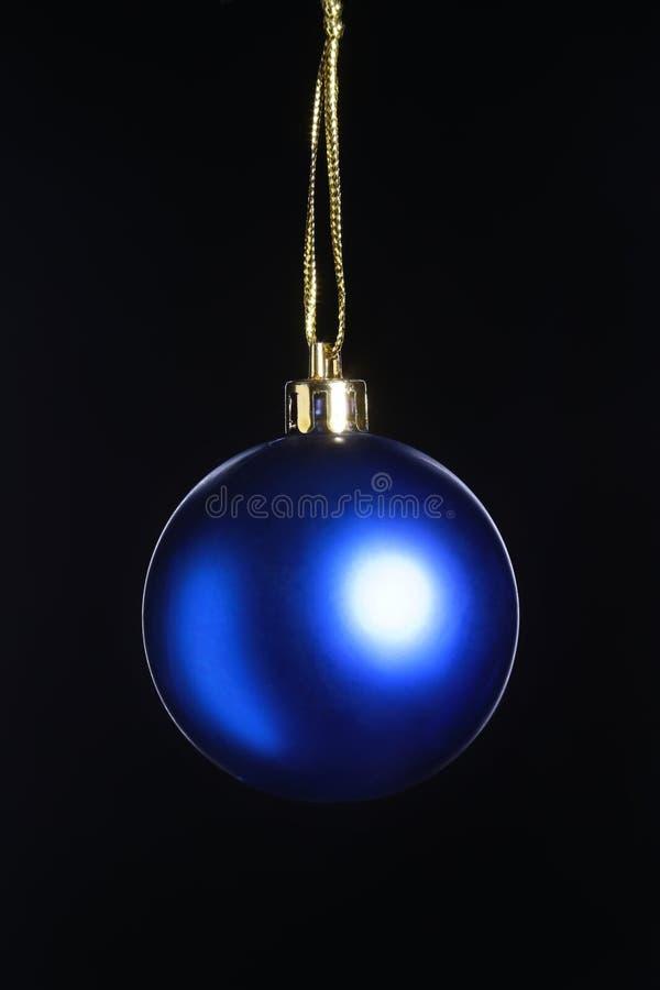 与在黑背景隔绝的蓝色球的圣诞装饰 节日快乐构成 库存照片