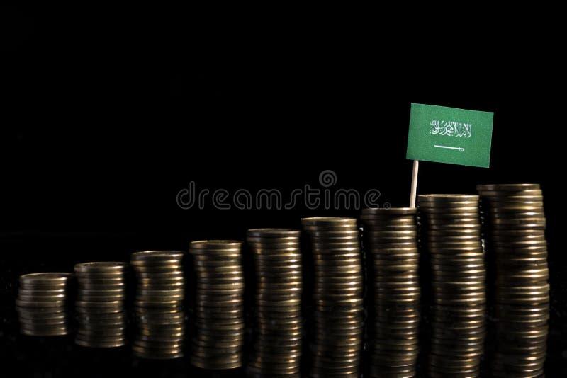 与在黑backgroun隔绝的全部的沙特阿拉伯旗子硬币 免版税图库摄影