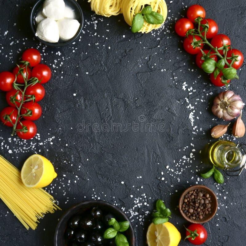 与地中海烹调传统成份的食物背景  与拷贝空间的顶视图 方形的图象 库存照片