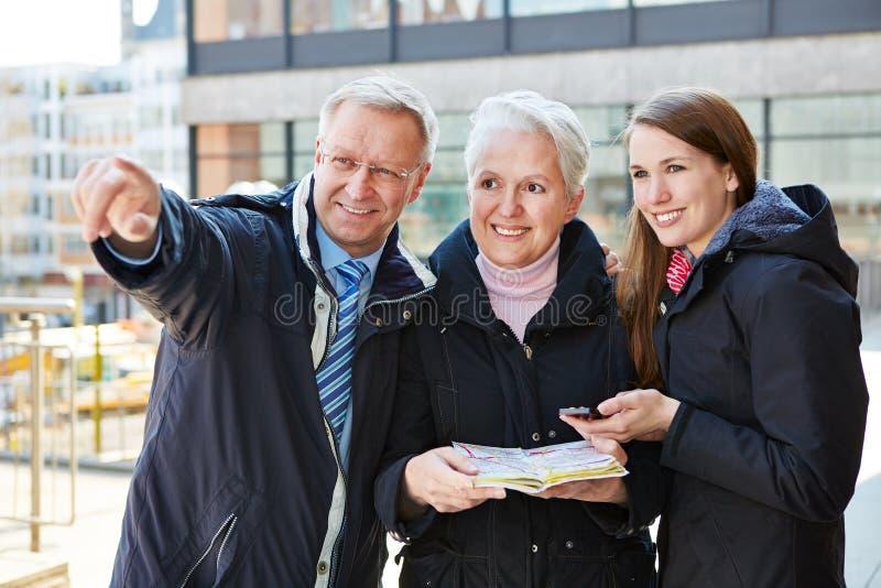 与地图的家庭在观光旅游中 库存照片