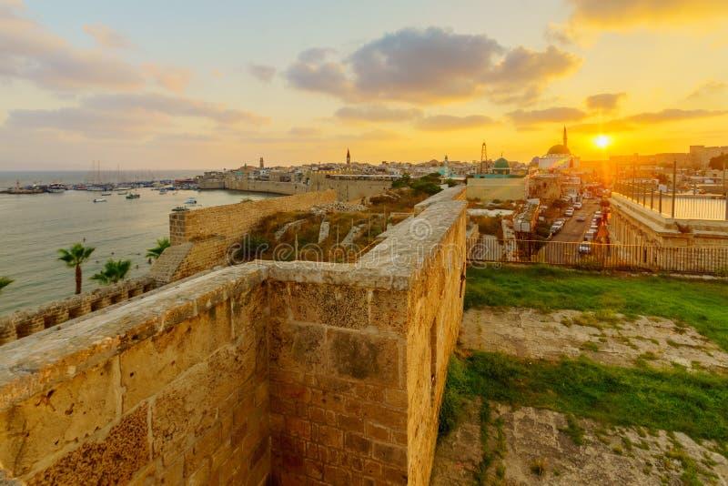 与地平线、墙壁和渔港的日落视图,在英亩 库存照片
