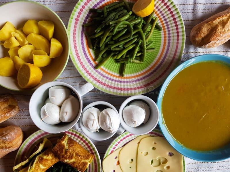 与地方产品的意大利素食午餐 免版税库存照片
