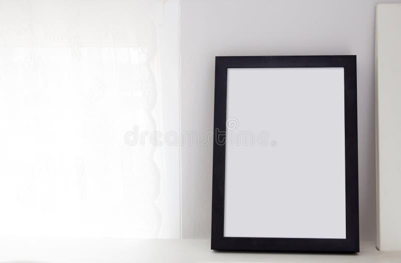 与地方的黑框架桌的文本的  斯堪的纳维亚语 免版税库存图片
