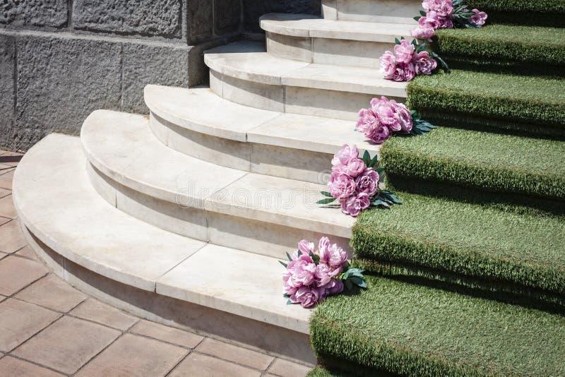 与地毯的楼梯在商店前面在卡塔尼亚,西西里岛,意大利 免版税库存照片