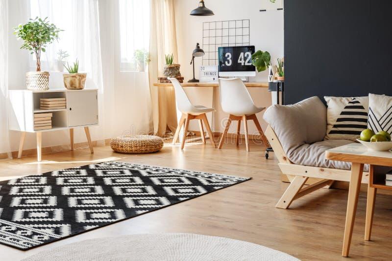 与地毯的舒适工作区域 免版税图库摄影