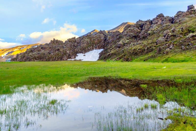 与地热温泉城和雪的美好的冰岛山风景 Landmannalaugar Fjallabak自然保护 库存照片