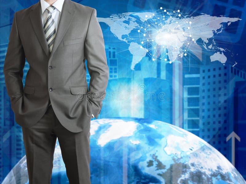 与地球、摩天大楼和世界地图的商人 免版税库存图片