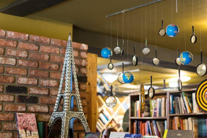 与地球和放大器的小巴黎塔在最后书店 库存照片