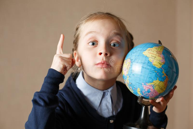 与地球的逗人喜爱的孩子 免版税库存照片
