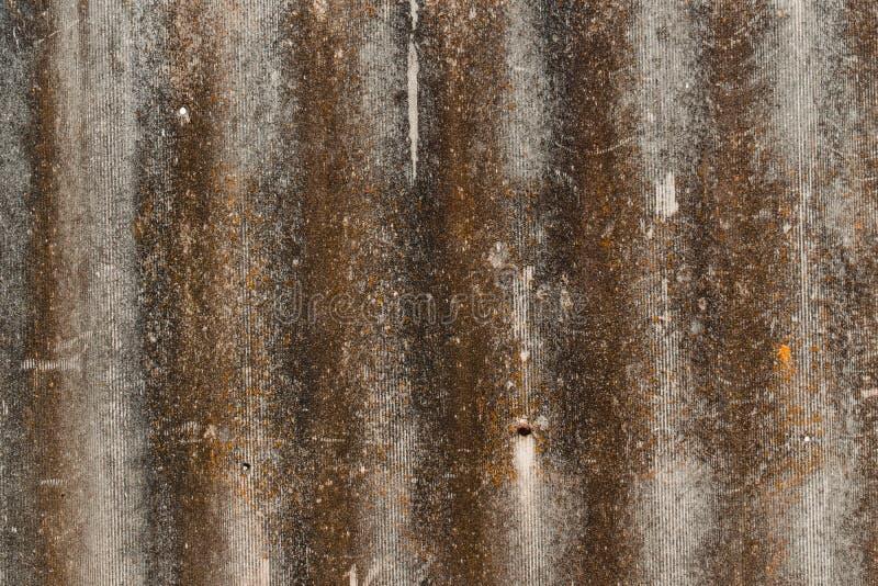 与地衣和模子的土气具体纹理 老石头墙纸与铁锈的 库存图片