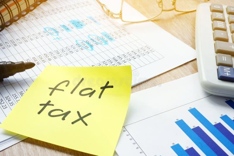 与均等税的备忘录在桌上 免版税图库摄影