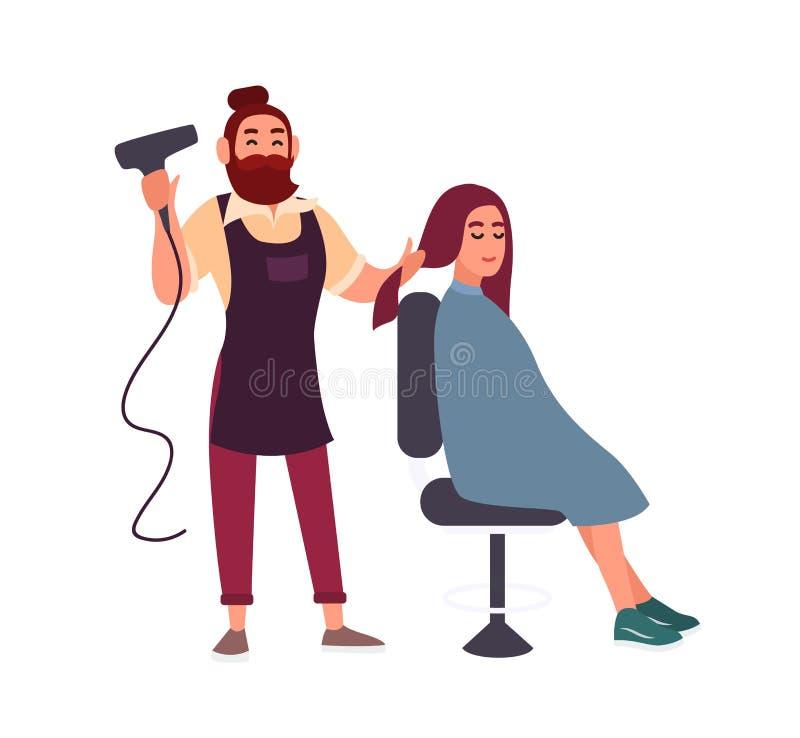 与坐在椅子的他微笑的女性客户的hairdryer头发的可爱的友好的有胡子的男性美发师吹干 皇族释放例证