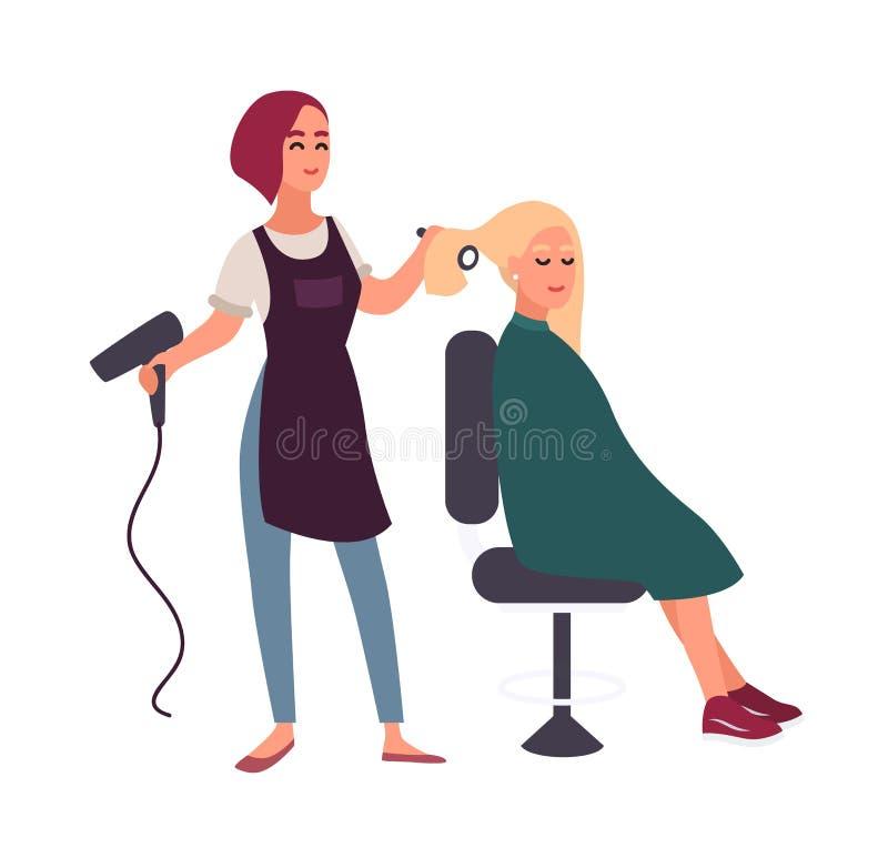 与坐在椅子的她微笑的客户的hairdryer头发的女性美发师吹干 理发的愉快的妇女 向量例证