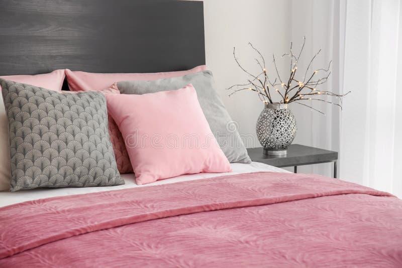与坐垫的舒适的床 免版税图库摄影