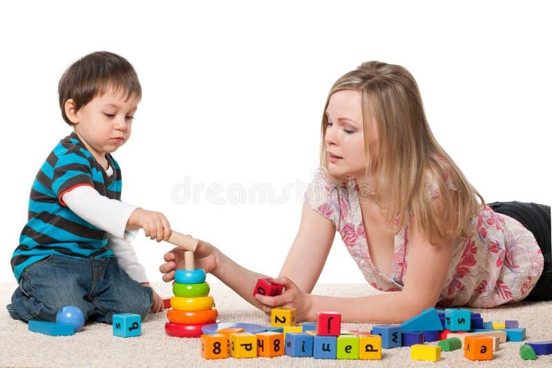 与块的母亲和儿子戏剧 库存图片