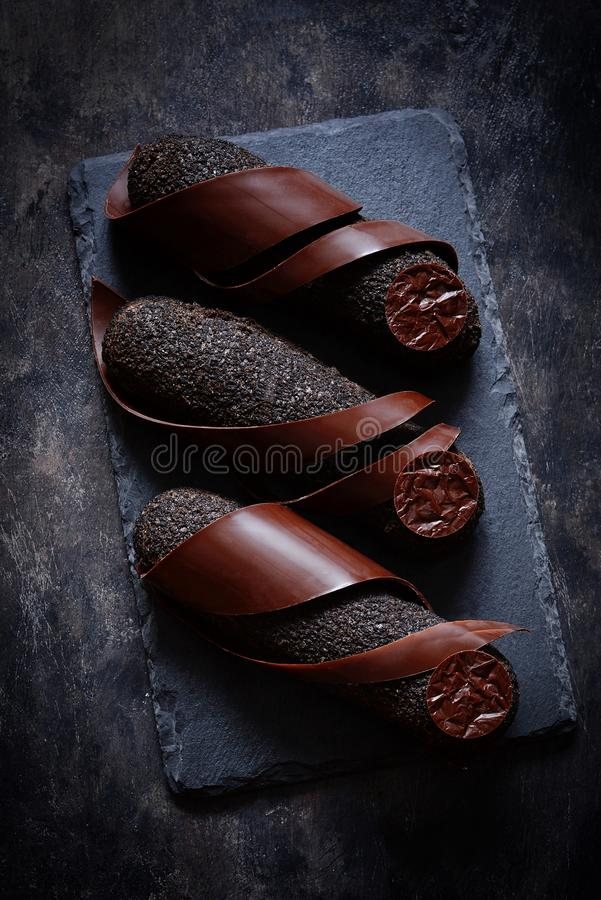 与块菌涂层的黑巧克力饼在黑暗的背景 一个精妙的法国点心 免版税库存照片