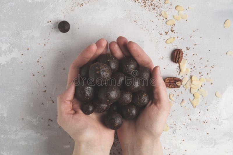 与坚果、日期和coc的香草巧克力未加工的素食主义者甜球 库存图片
