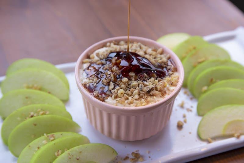 与坚果、焦糖选矿和新苹果切片的焦糖苹果垂度 免版税图库摄影