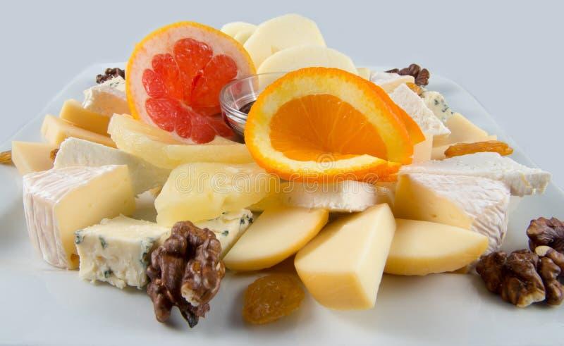 与坚果、葡萄干和乳酪的水果沙拉 库存照片