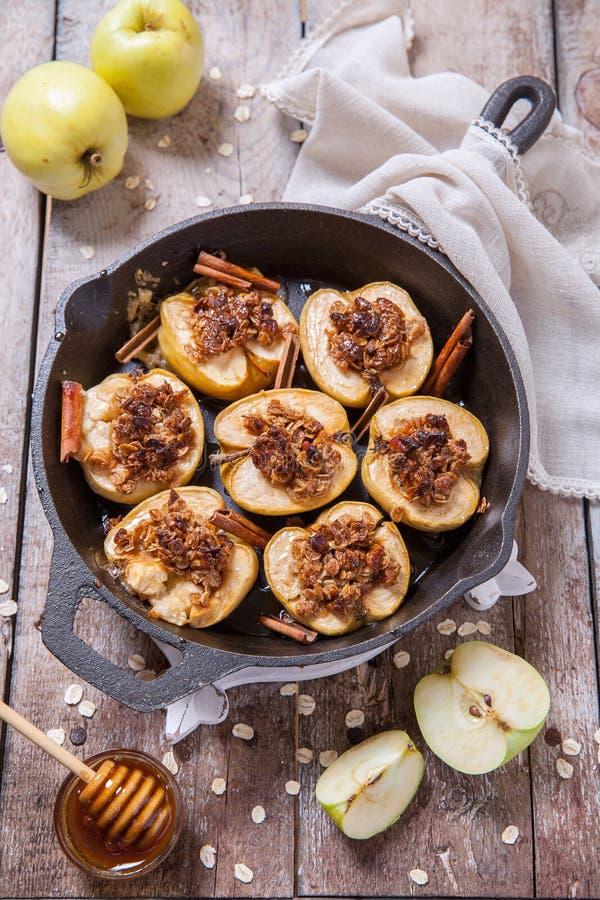 与坚果、蜂蜜和燕麦的被烘烤的苹果剥落 免版税库存照片