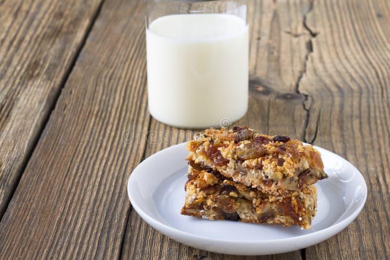 与坚果和干果子,杯的格兰诺拉麦片棒牛奶 库存照片