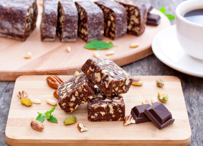 与坚果的巧克力果仁巧克力 免版税库存照片
