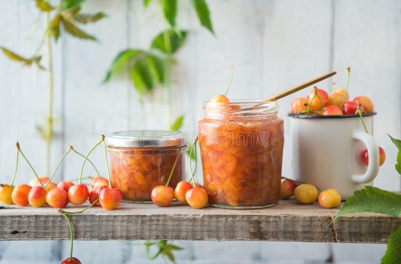 与坚果的黄色樱桃果酱 阿塞拜疆烹调白色樱桃蜜饯 免版税库存图片