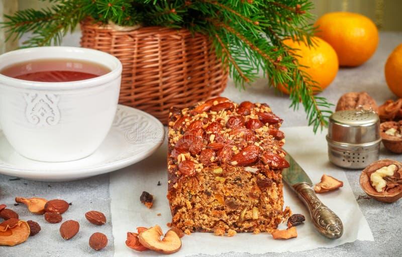 与坚果,葡萄干的传统圣诞节果子蛋糕,烘干了果子和香料 圣诞节款待 图库摄影