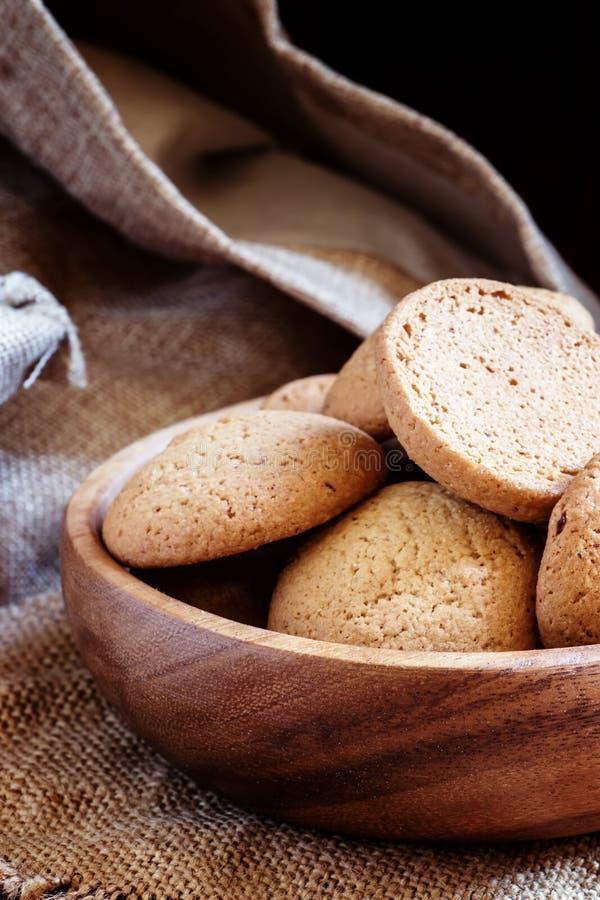 与坚果,黑暗的木背景,有选择性的focu的自创曲奇饼 免版税图库摄影