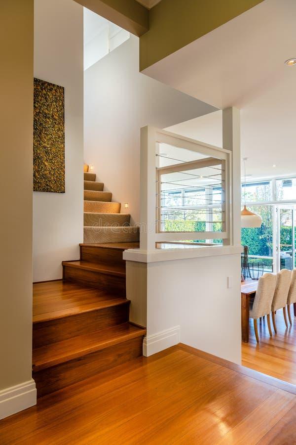 与坚硬木步的楼梯对上层在豪华郊区家或公寓 库存照片