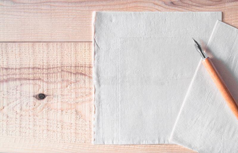 与垂度笔的薄纸在木桌上 薄纸或便条纸和空间文本的或拷贝、名单做它,适当的天或者spec 免版税库存照片