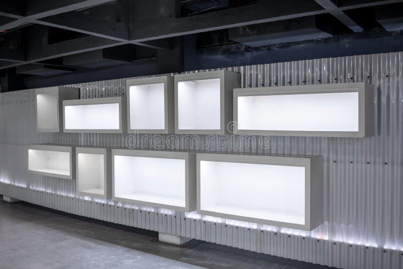 与垂悬在墙壁上的空白的大模型显示的空的美术画廊 免版税库存照片