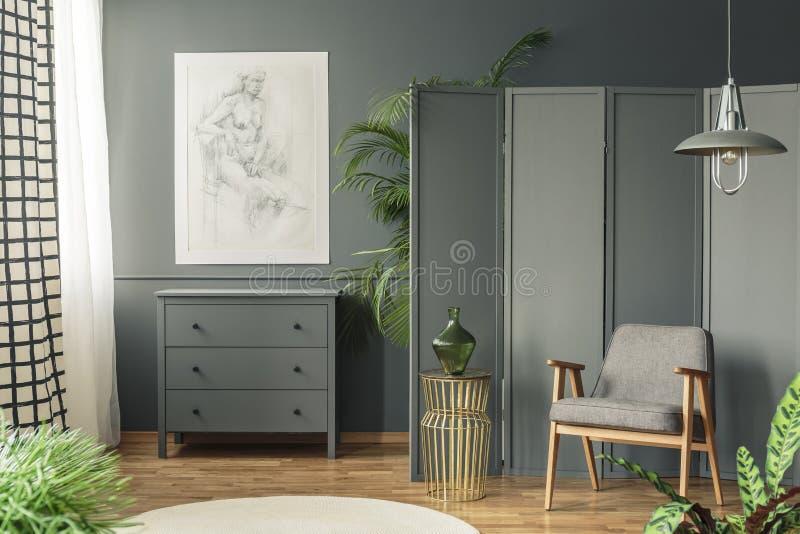 与垂悬在wo上的剪影的黑暗,灰色客厅内部 免版税库存图片
