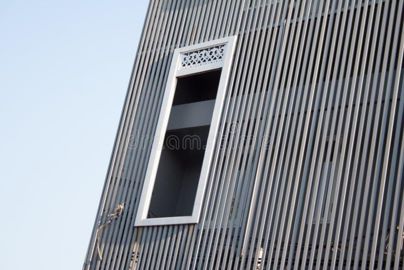 与垂直的快门和白色窗架的修造的门面细节 免版税图库摄影