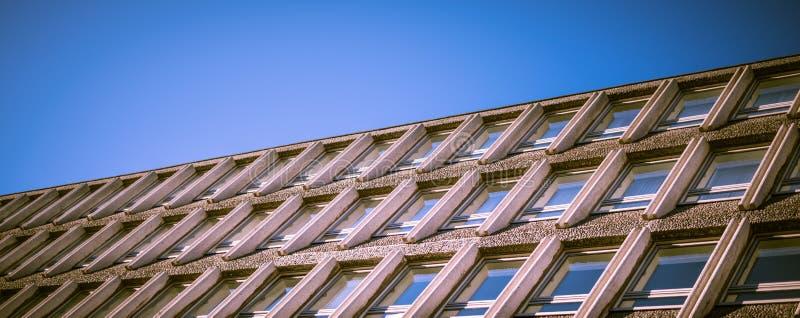与垂直线和反射的现代办公楼窗口 图库摄影