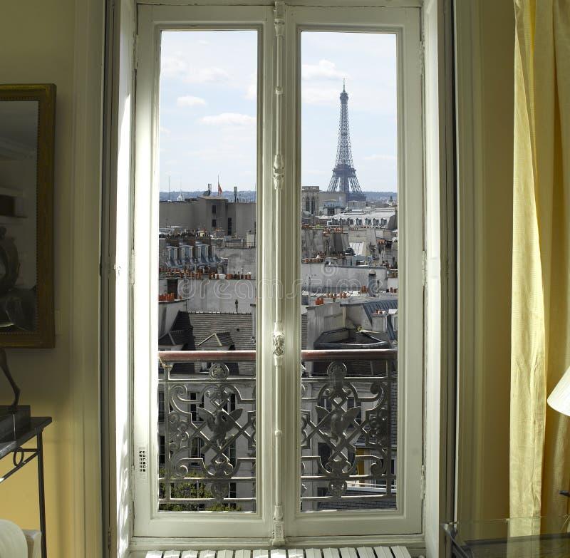 与埃佛尔铁塔的窗口在巴黎 库存图片