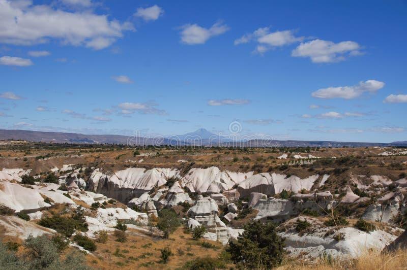 与埃尔吉耶斯山,土耳其的Cappadocian风景 免版税库存图片