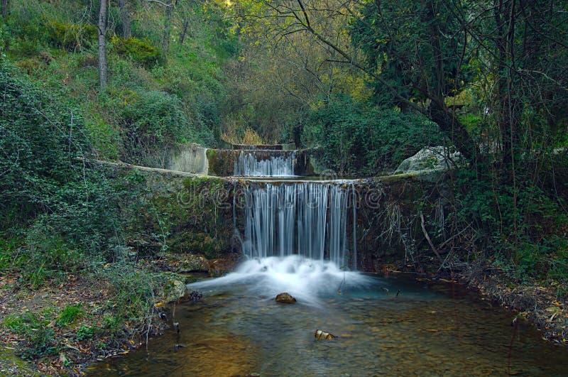 与城堡河的长的曝光的小瀑布 库存图片