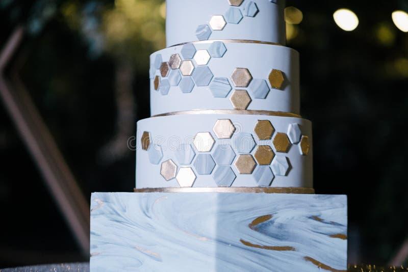 与城堡的大白色婚宴喜饼塑造了塔 库存照片