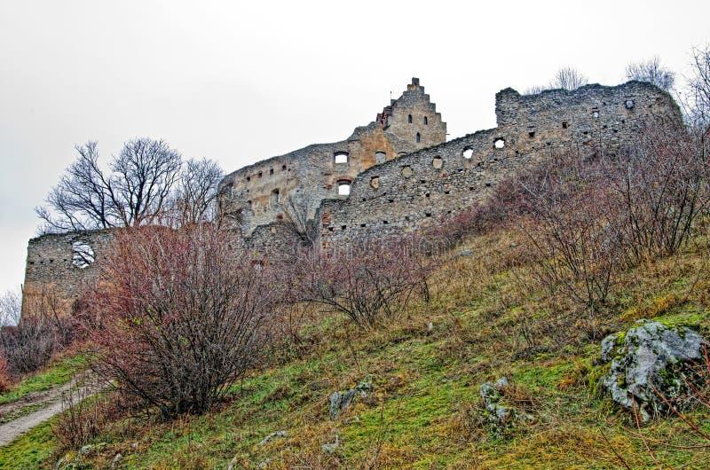 与城堡的秋天风景 免版税库存图片