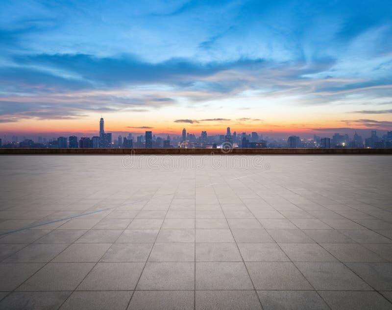 与城市地平线的空的地板 库存照片
