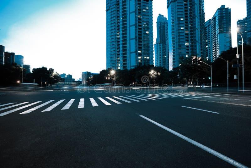 与城市晚上地标大厦的空的路面  免版税库存图片