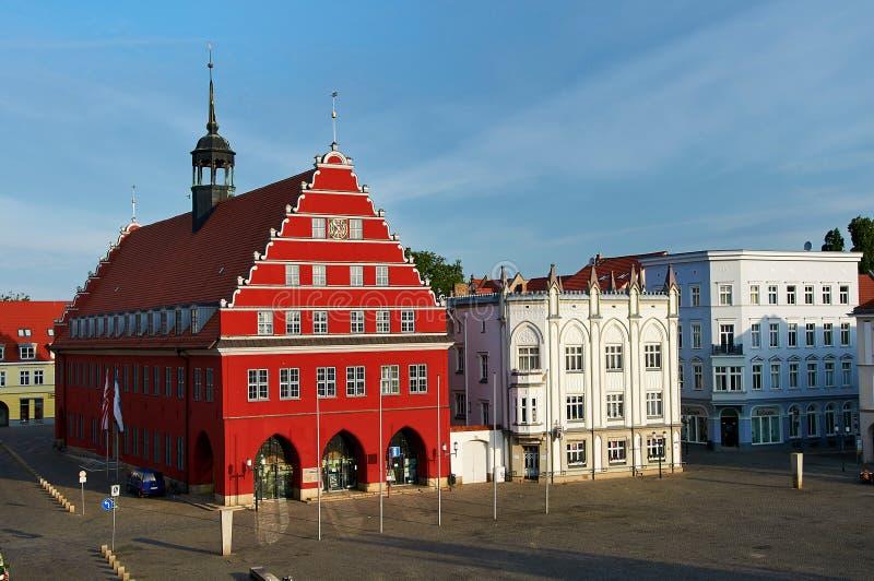 与城市格赖夫斯瓦尔德城镇厅的老市场  免版税库存图片