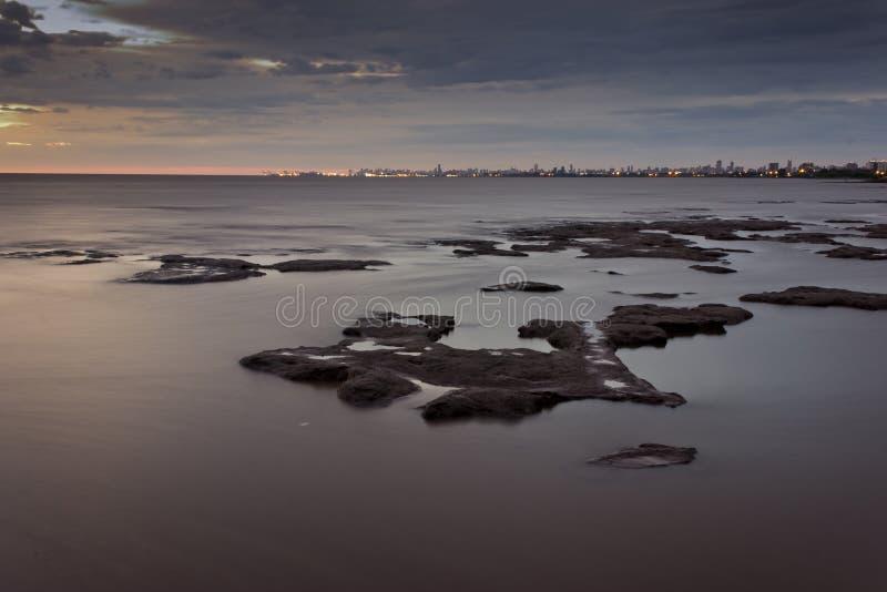 与城市的河岸作为背景 免版税库存图片