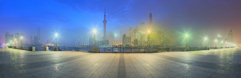 与城市的美丽的夜上海的都市风景在黄浦江,上海,中国点燃 库存图片