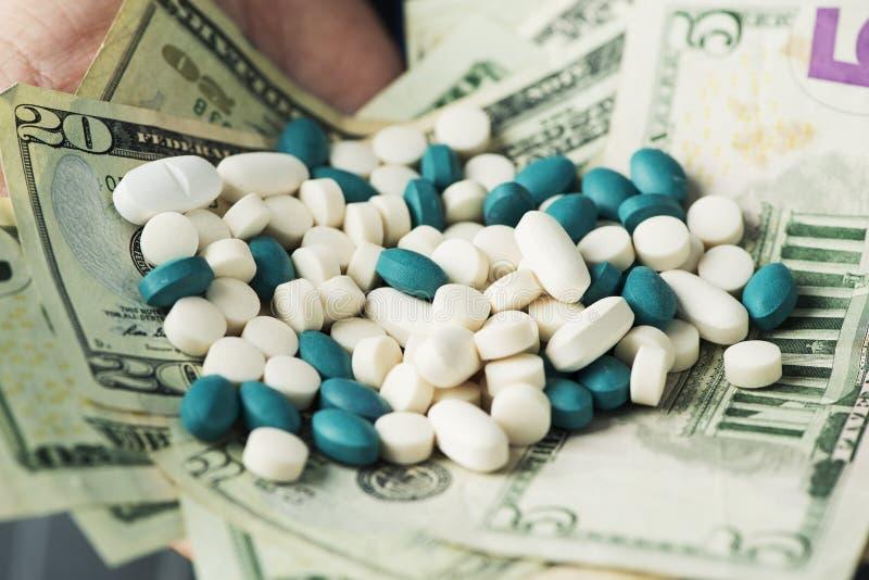 与堆的商人药片和美金 库存图片